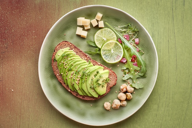 Sanduíche de abacate e salada verde com cubos de presunto