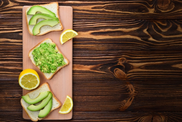 Sanduíche de abacate em pão feito com abacate fresco fatiado de cima