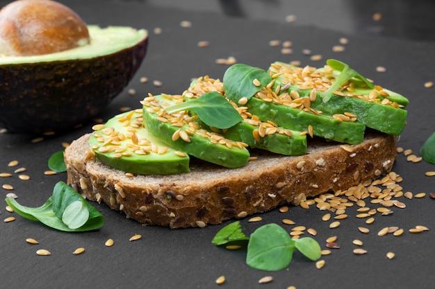Sanduíche de abacate saboroso