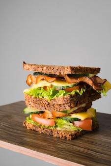 Sanduíche de alto ângulo com bacon e legumes