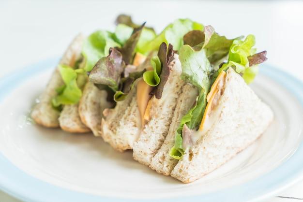 Sanduíche de atum e linguiça