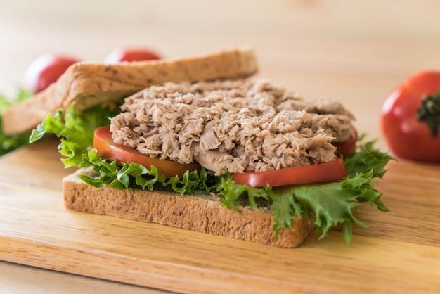 Sanduíche de atum em madeira