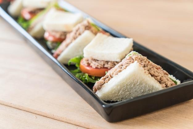 Sanduíche de atum no prato