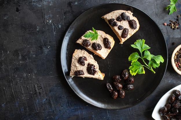 Sanduíche de azeitonas frescas, legumes secos, porção de aperitivo prato orgânico