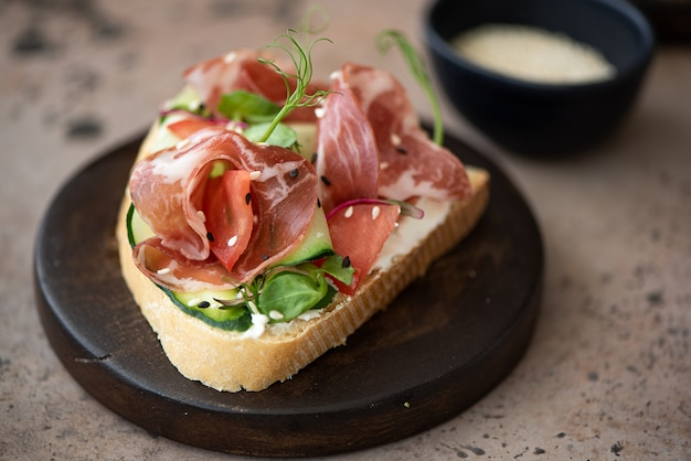 Sanduíche de bacon com legumes e cream cheese