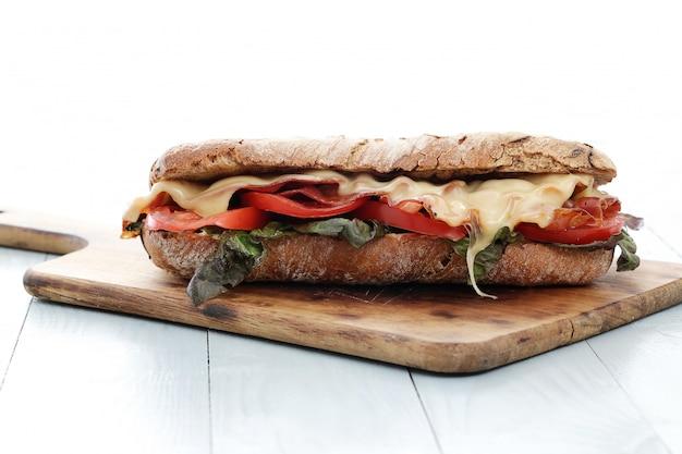Sanduíche de bacon, tomate e queijo
