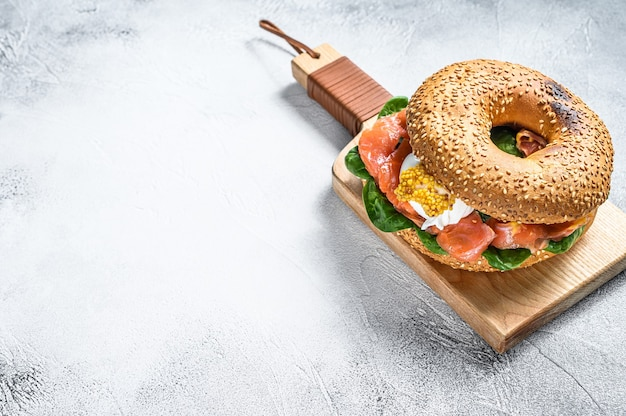 Sanduíche de bagel com salmão, cream cheese, espinafre e ovo