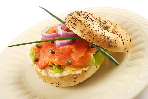 Sanduíche de bagel de salmão fumado