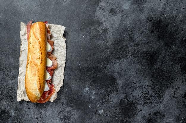 Sanduíche de baguete com presunto, queijo camembert.