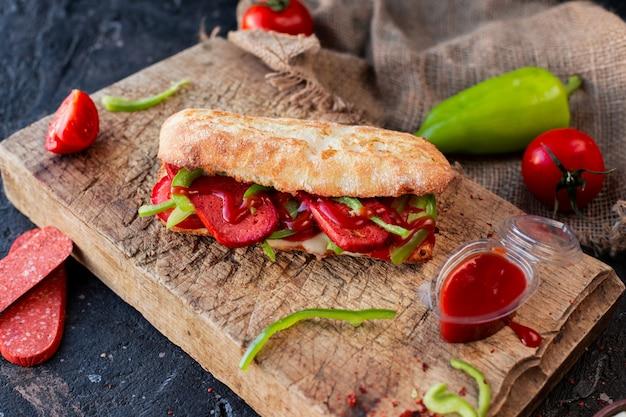 Sanduíche de baguete com sucuk e legumes