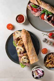 Sanduíche de baguete de carne