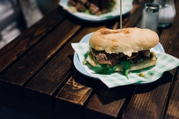 Sanduíche de bife argentino