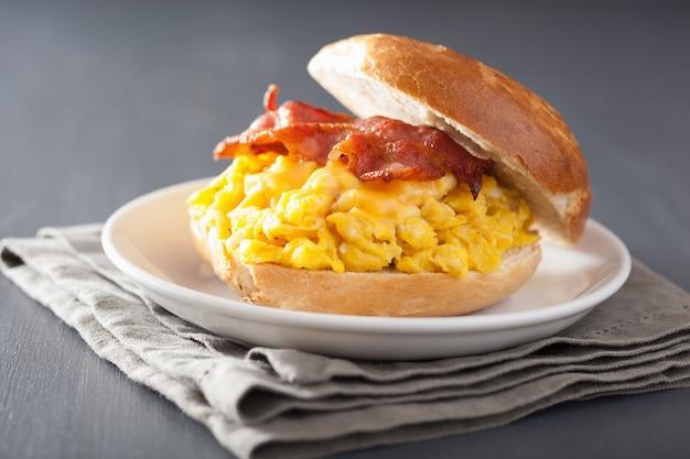 Sanduíche de café da manhã no pão com ovo, bacon e queijo