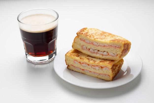 Sanduíche de caranguejo presunto e café em fundo branco