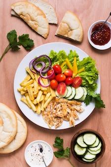 Sanduíche de carne árabe com kebab e vegetais