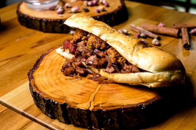 Sanduíche de carne com vista lateral para bolas de batata