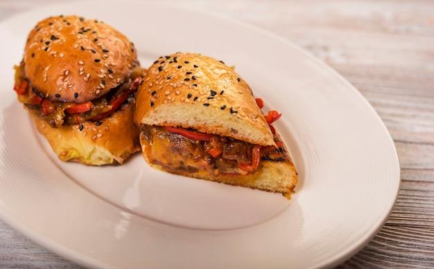 Sanduíche de carne saborosa close-up em um prato