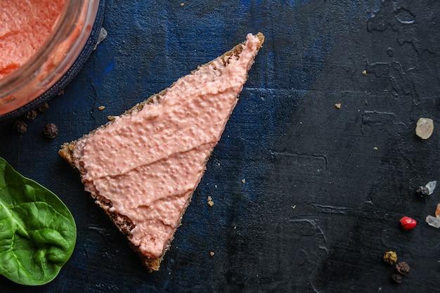 Sanduíche de caviar de capelim de frutos do mar smorrebrod e salmão salgado ou peixe rillettes