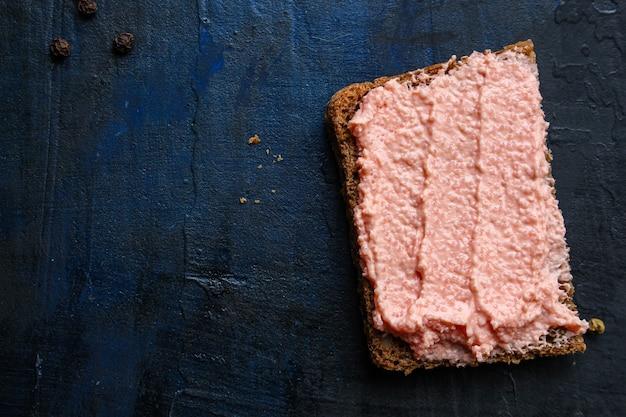 Sanduíche de caviar de capelim smorrebrod e patê de frutos do mar com salmão ou peixe rillettes