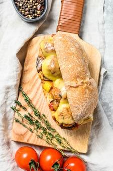 Sanduíche de ciabatta com almôndegas, queijo e molho de tomate. vista do topo