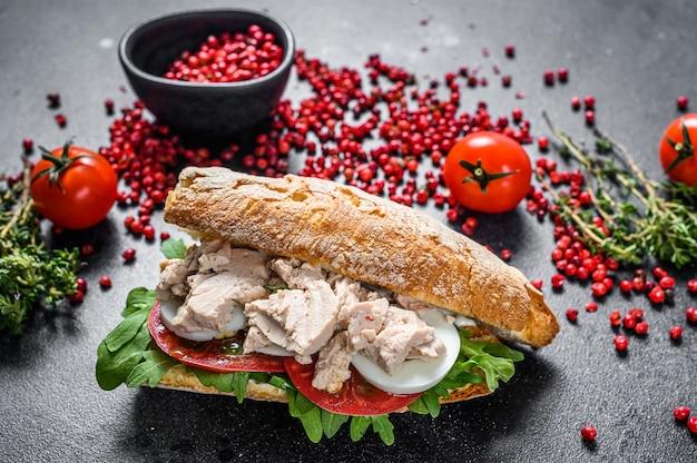 Sanduíche de ciabatta com patê de fígado, rúcula, tomate, ovo