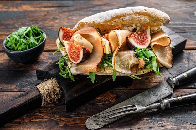 Sanduíche de ciabatta com rúcula, figo, presunto e queijo azul