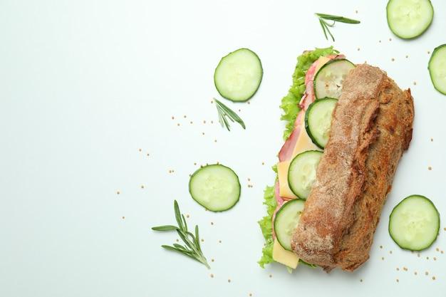 Sanduíche de ciabatta e ingredientes em fundo branco