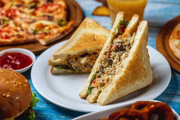 Sanduíche de clube alface peito de frango torradas queijo pão pepino tomate batatas fritas vista lateral