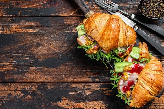 Sanduíche de croissant com queijo, rúcula e presunto