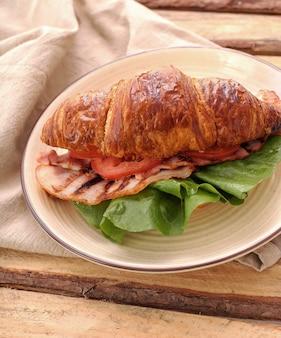 Sanduíche de croissant de legumes