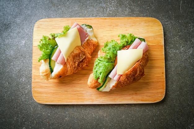 Sanduíche de croissant de presunto e queijo