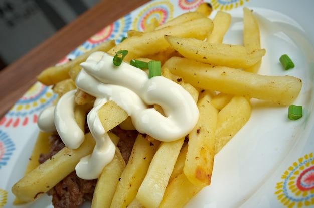Sanduíche de ferradura - sanduíche aberto originário de springfield, illinois. consiste em carne, pão e batatas fritas