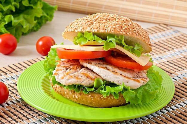 Sanduíche de frango com salada e tomate
