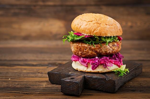 Sanduíche de hambúrguer com hambúrgueres suculentos, repolho roxo e molho rosa