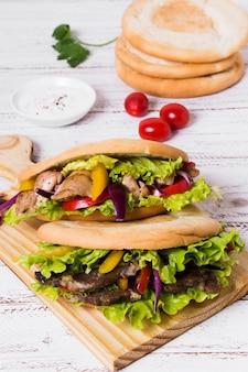 Sanduíche de kebab árabe com pão focaccia