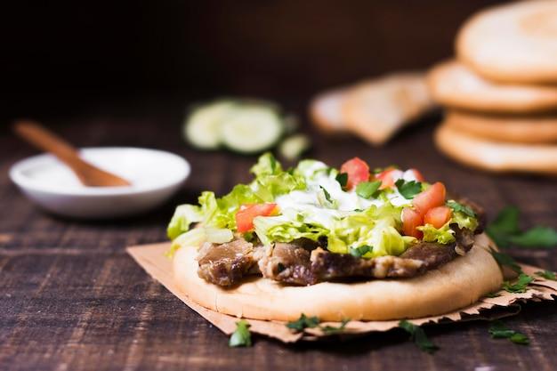 Sanduíche de kebab árabe com vegetais no pão pita