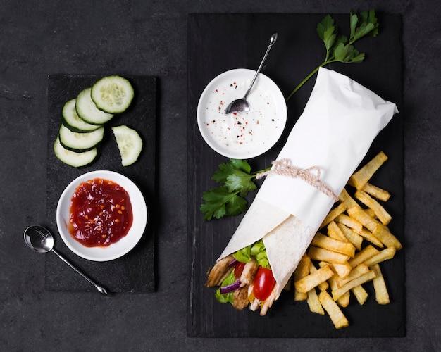 Sanduíche de kebab árabe e molho de ketchup