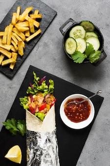Sanduíche de kebab árabe e pepino