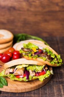 Sanduíche de kebab árabe e tomates