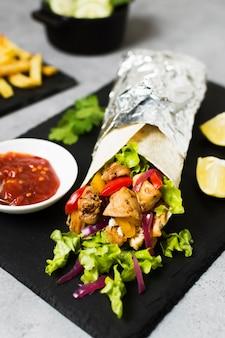 Sanduíche de kebab árabe em folha de alumínio