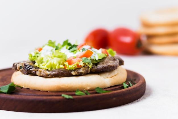 Sanduíche de kebab árabe em pão pita