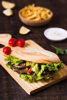 Sanduíche de kebab árabe em pão sírio com vista panorâmica