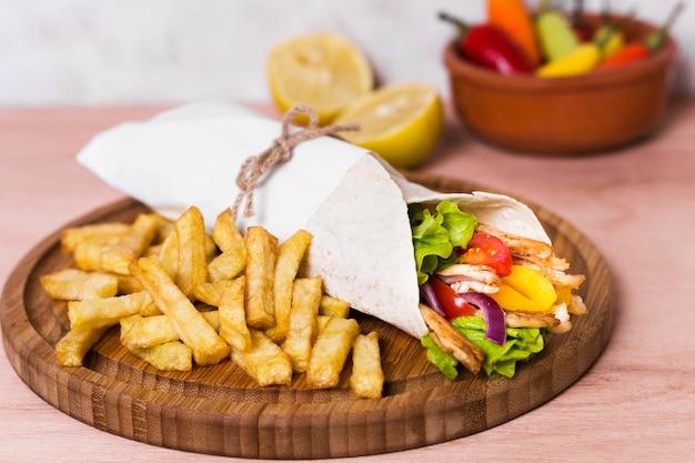 Sanduíche de kebab árabe embrulhado em papel branco