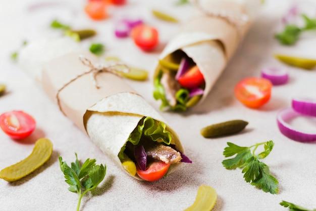Sanduíche de kebab árabe embrulhado em pita fina com vista panorâmica