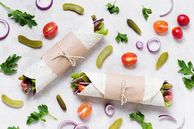 Sanduíche de kebab árabe embrulhado em pita fina vista de cima