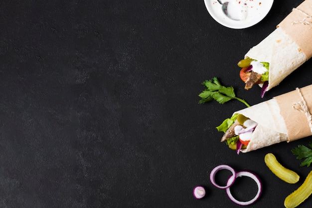 Sanduíche de kebab árabe na mesa de cópia preta