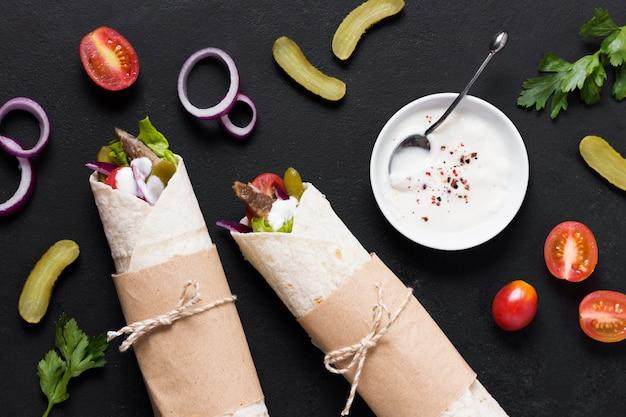 Sanduíche de kebab árabe na mesa preta