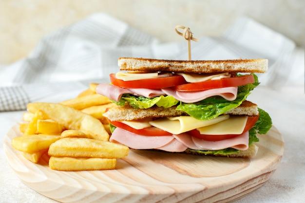 Sanduíche de legumes com queijo