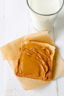Sanduíche de manteiga de amendoim com leite