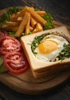 Sanduíche de omelete com batatas fritas